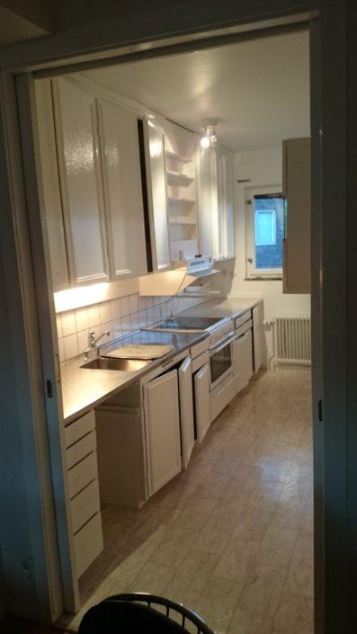 Målning av väggar, tak, lister, foder, köksluckor, insidor av köksskåp