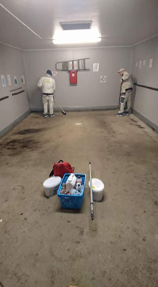 Målning av golv i miljöhus före